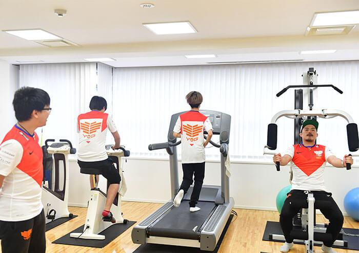 社内トレーニングジムにて運動